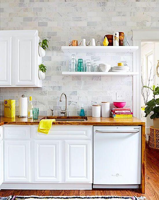Керамической плиткой можно оформить, как сам фартук, так и всю стену на кухне. Оба варианта прекрасно впишутся в любой интерьер