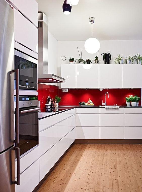 Сочетание красного фартука с белой кухней подойдет для любого стиля дизайна интерьера