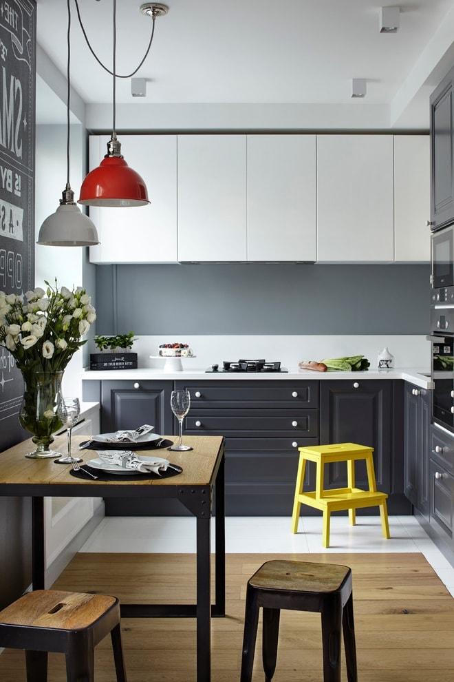 Для фартука нужно выбирать практичное и влагостойкое покрытие, чтобы он было не скользким и хорошо сочеталось с кухонной мебелью