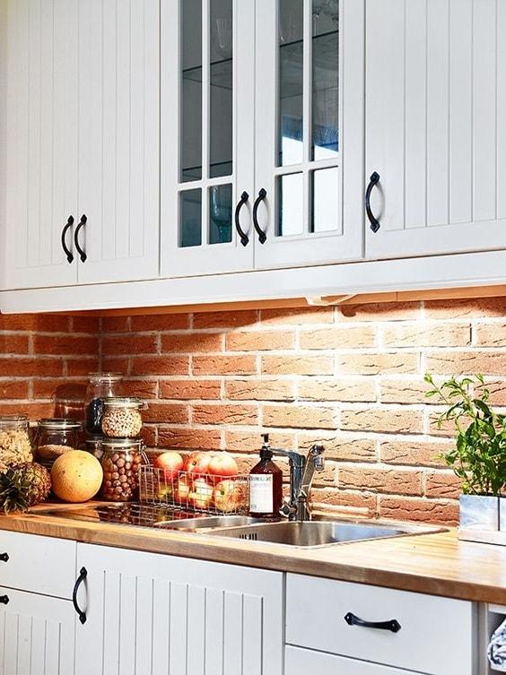 Иногда во время кладки фартука на кухне применяют декоративный кирпич, который позволяет воплотить в реальность самые экстравагантные замыслы современных дизайнеров