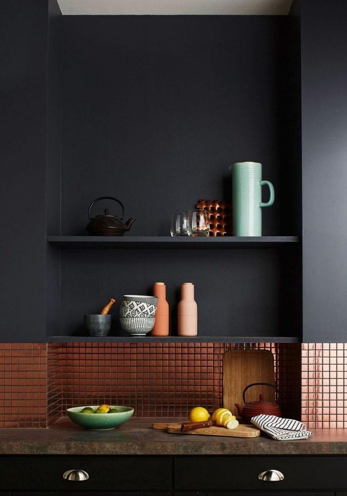 Если вы собрались облицевать кухонный фартук плиткой, попробуйте отойти от традиции и стандартов и создайте свой собственный стиль с помощью декоративной мозаики