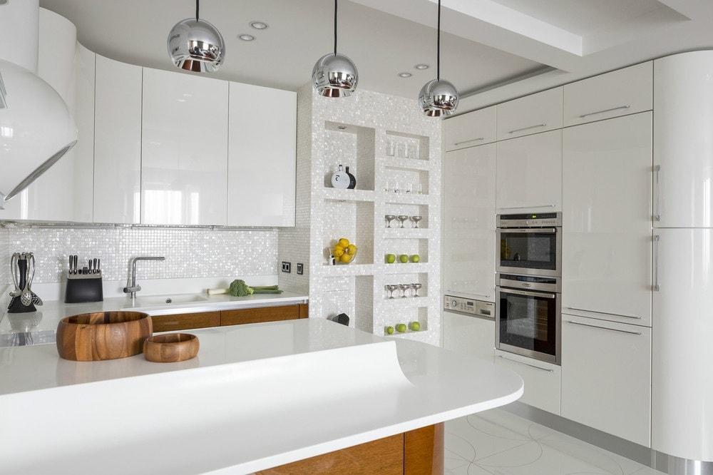 Белоснежный интерьер кухни позволяет сочетать в себе всевозможные отделочные материалы, необходимые для современного ремонта