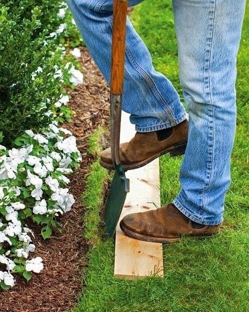 Перед тем как приступить к укладке камня, следует снять верхний слой грунта по заранее размеченной линии