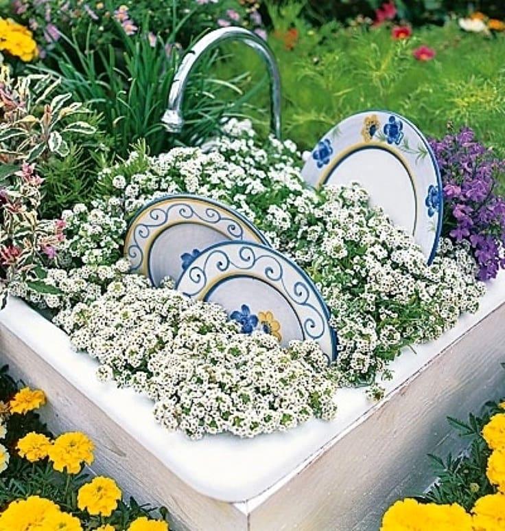 Использовать старую посуду можно и в качестве декора
