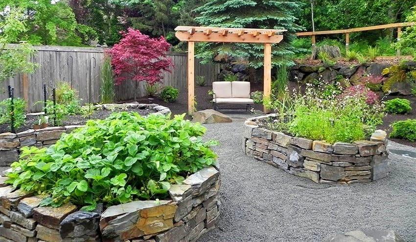 Создавать ограждающие композиции из камня можно различной высоты, главное убедится в надежности конструкции