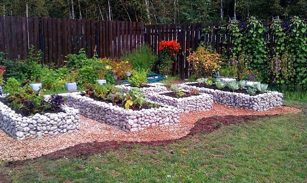 Каменное ограждение можно использовать не только для клумб, но и для грядок с овощными культурами