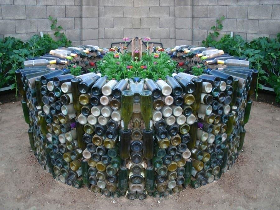 Если стеклянных бутылок скопилось очень много, можно создать из них настоящий арт-объект