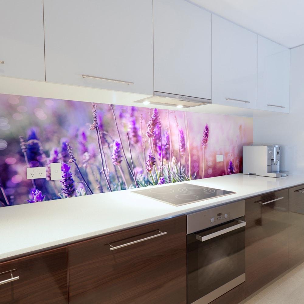Красивые цветы в интерьере создают особую атмосферу и совсем не важно, что эти цветы всего лишь изображение на стене