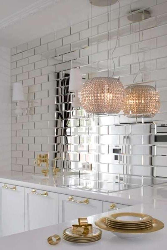 Ничто так хорошо не сочетается с зеркальной поверхностью, как позолоченные изделия и элементы декора