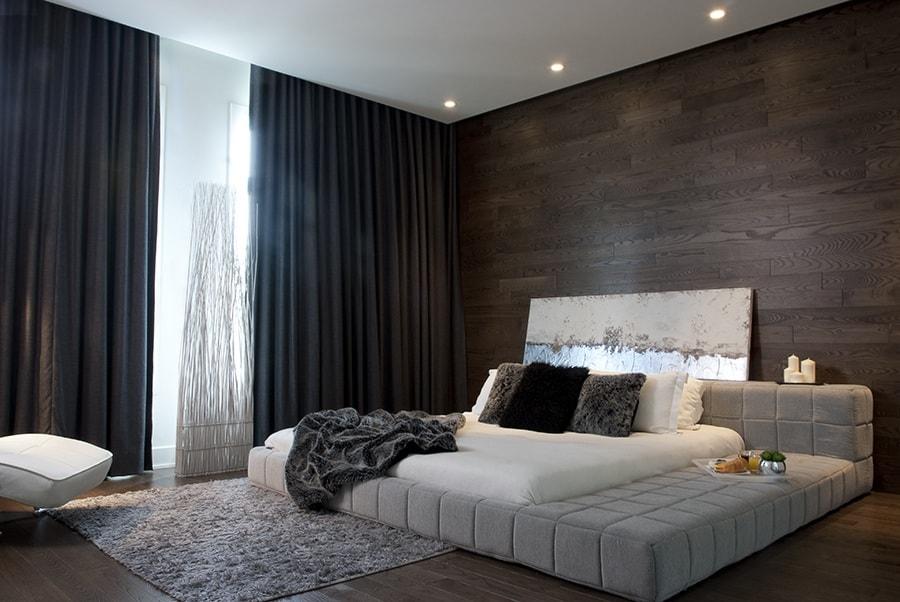 Ламинатная доска на стене со своей гладкой поверхностью и ненавязчивым блеском будет прекрасно гармонировать с просторным интерьером спальни в стиле Ар-деко