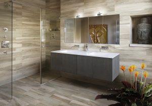 Большая плитка на полу в ванной