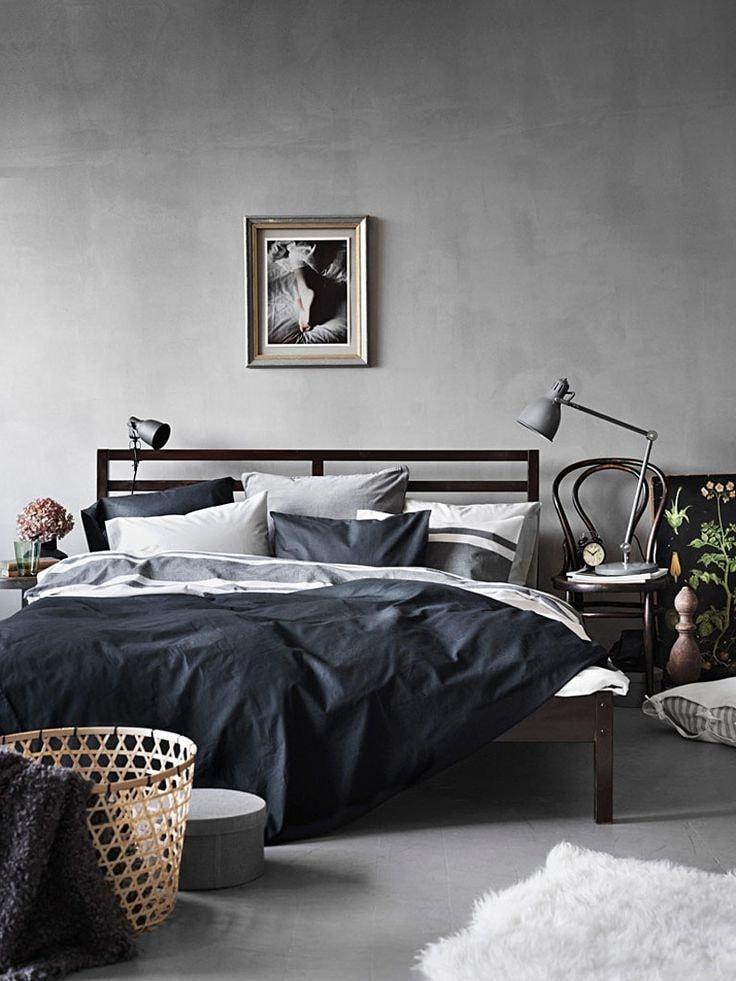 Разбавить холодный интерьер с серыми стенами помогут картины, фоторамки и иные элементы декора