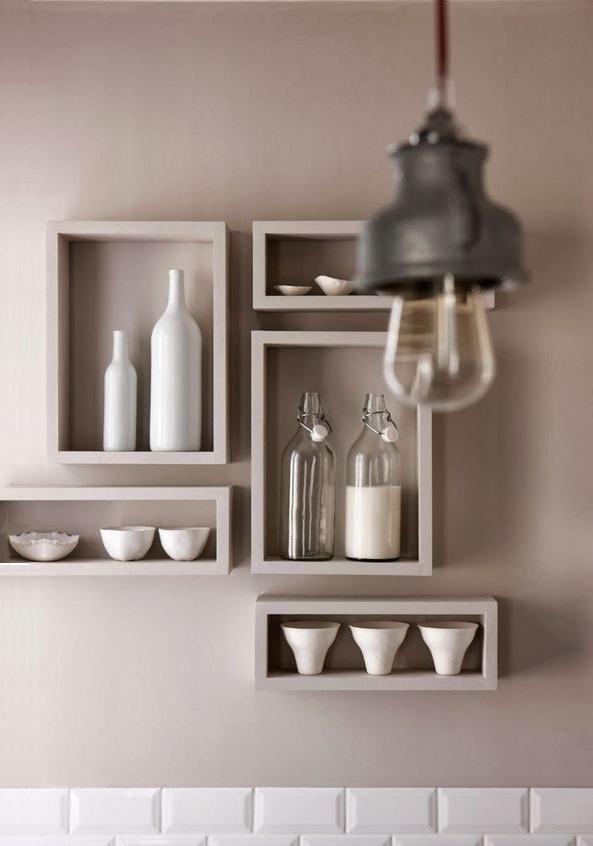 В последнее время настенные полки открытого типа на кухне стали жизненной необходимостью при разработке дизайна интерьера в стиле ретро