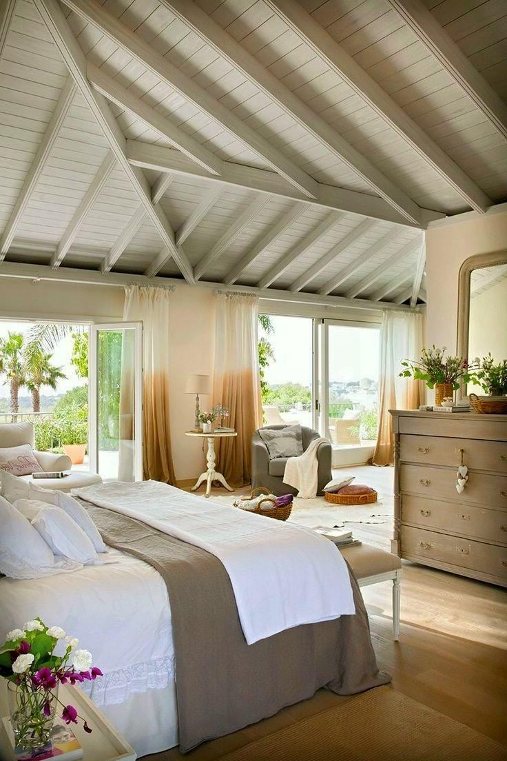 Окрашенный в светлый цвет потолок будет хорошо комбинировать с деревянной мебелью и паркетной доской, без которых деревенский стиль кантри сложно себе представить