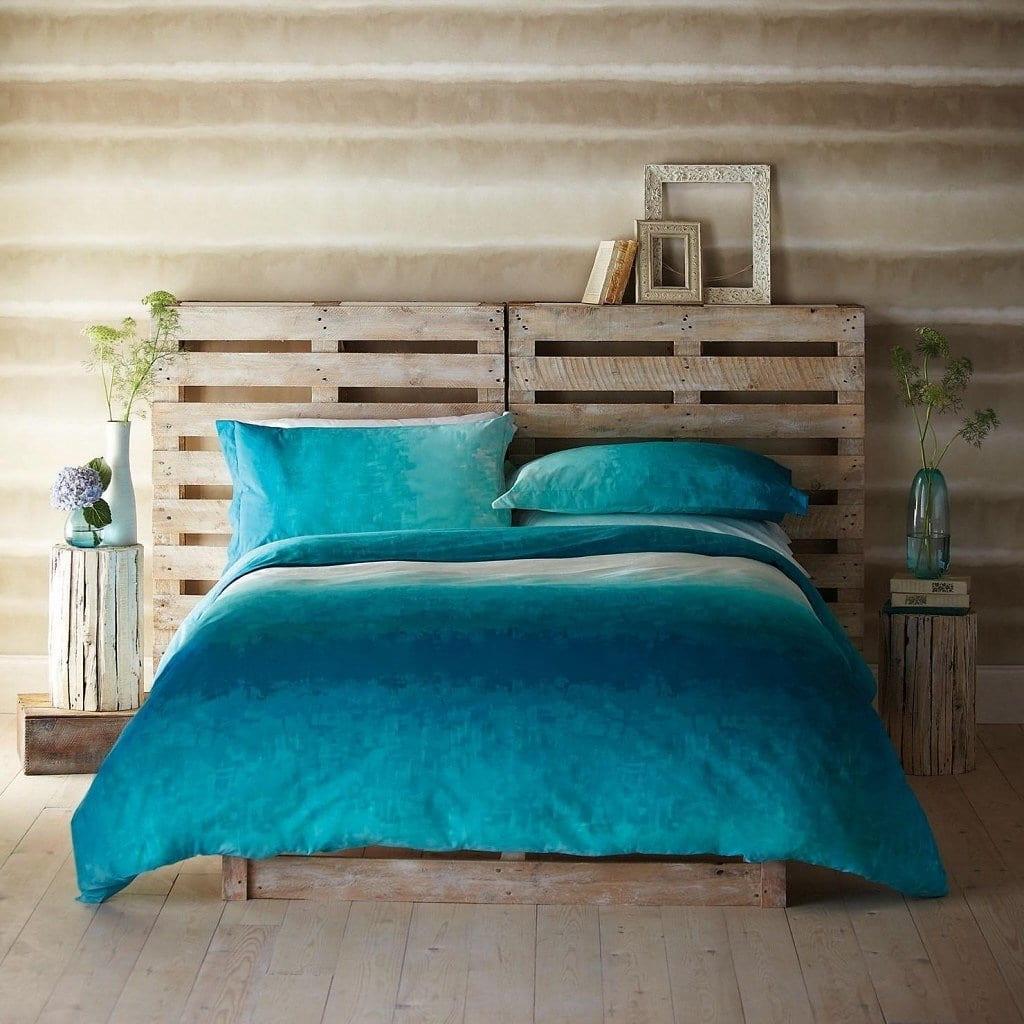 Кровать изготовленная из деревянных поддонов - отличный вариант для тех, кто хочет быть еще на шаг ближе к природе