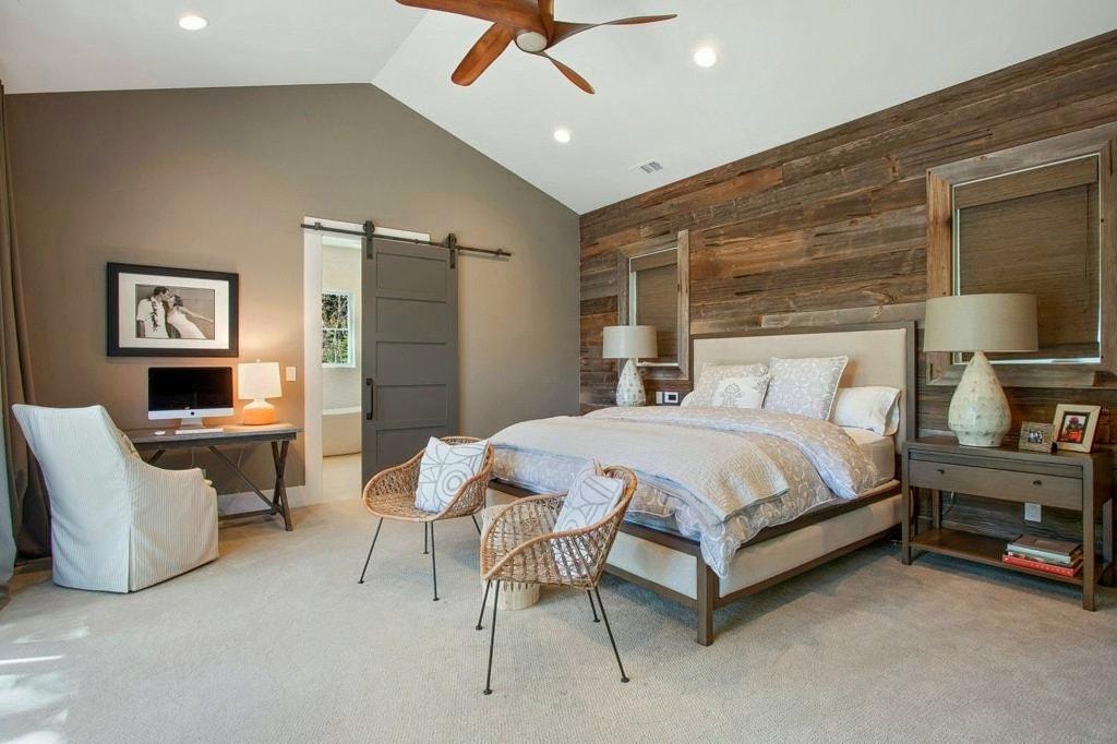Красивые светильники и плетеные стулья из ротанга отлично дополнят общий стиль спальни, создавая полноценный образ деревенской идиллии
