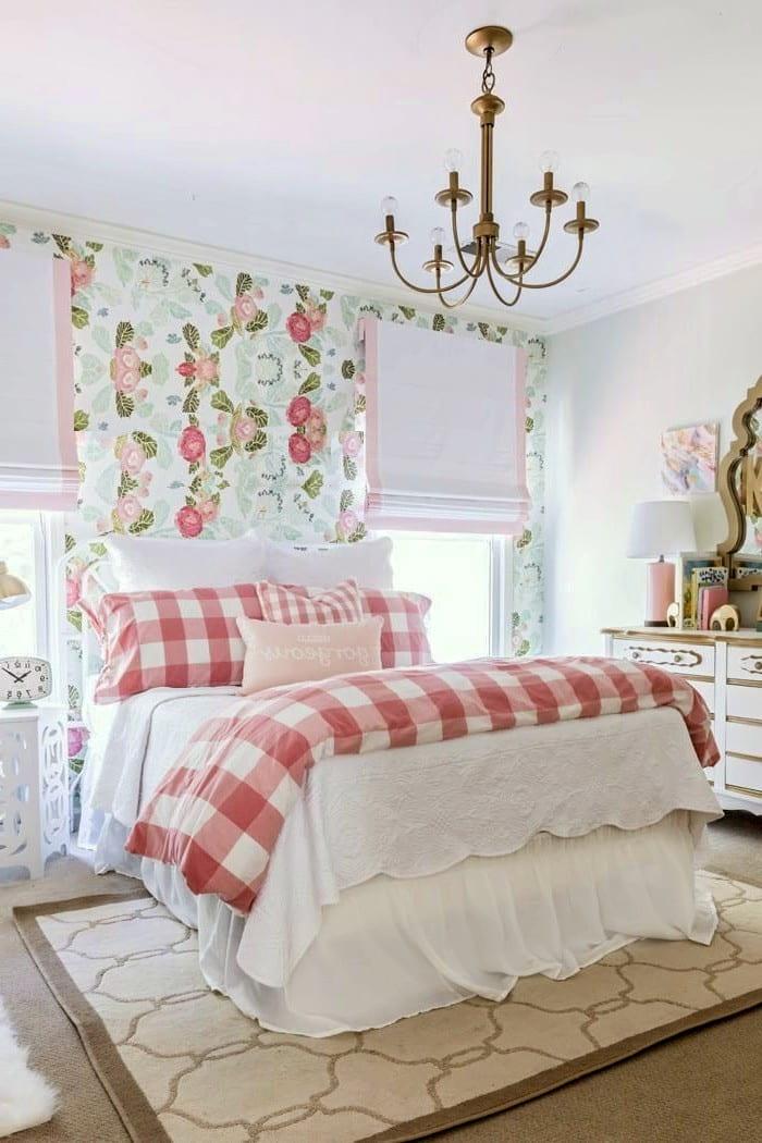 Для спальни, обустроенной в стиле винтаж, отлично подойдут римские шторы из плотной или полупрозрачной ткани