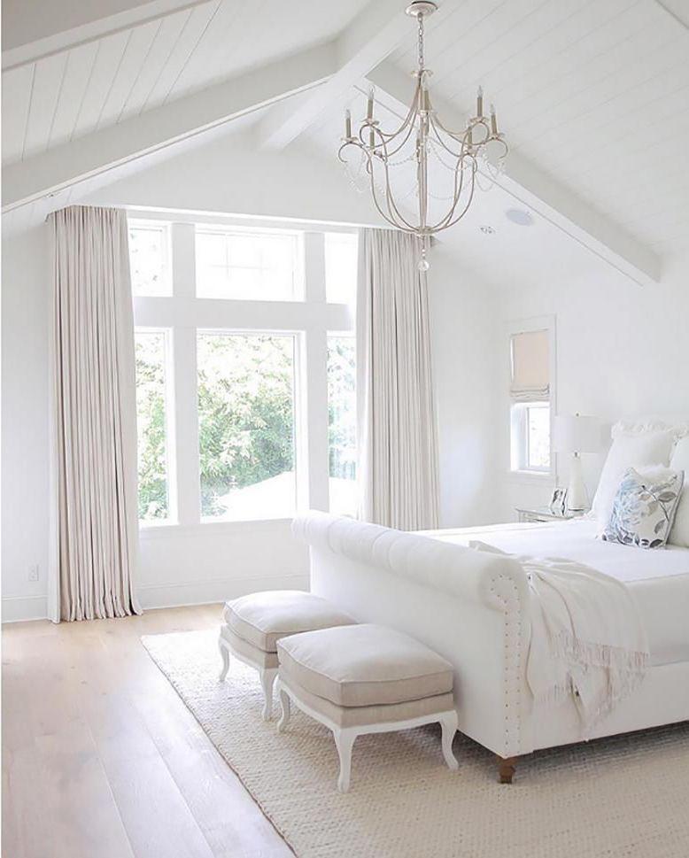 Белоснежные стены не только зрительно увеличивают пространство, но и наполняют комнату свежестью и чистотой
