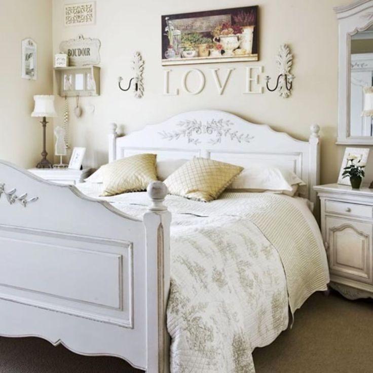 Красивый и элегантный будуар в винтажном стиле, наполненный теплой и уютной романтической атмосферой