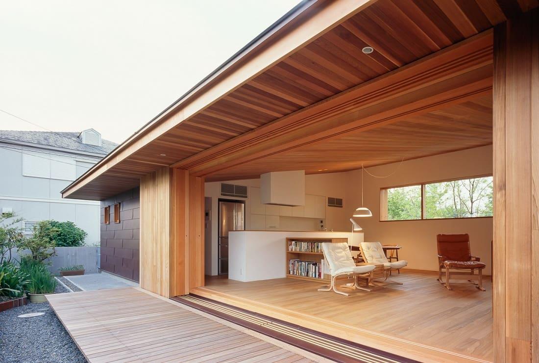 Японцы любят простор, поэтому идеальным вариантом увеличить свободное пространство - будет пристройка открытой террасы к дому