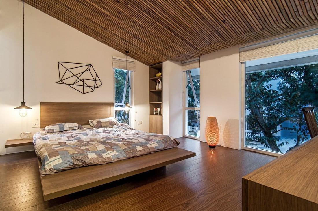 Оригинальный потолок из бамбука смотрится необычайно красиво и стильно