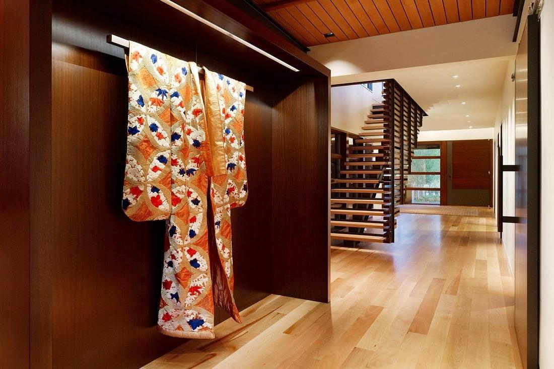 Кимоно является неотъемлемым атрибутом японского стиля, поэтому его присутствие в интерьере будет не лишним
