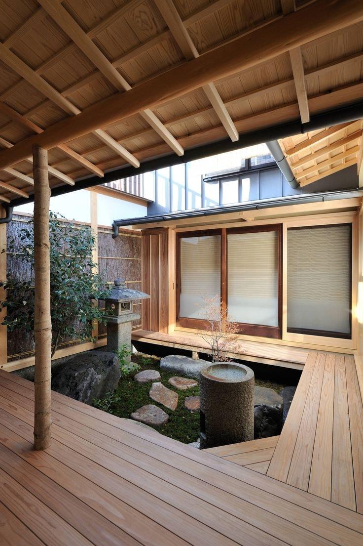 Внутренний дворик выполненный в японском стиле выглядит особенно необычно, являясь островком гармонии где господствует простота и лаконичность