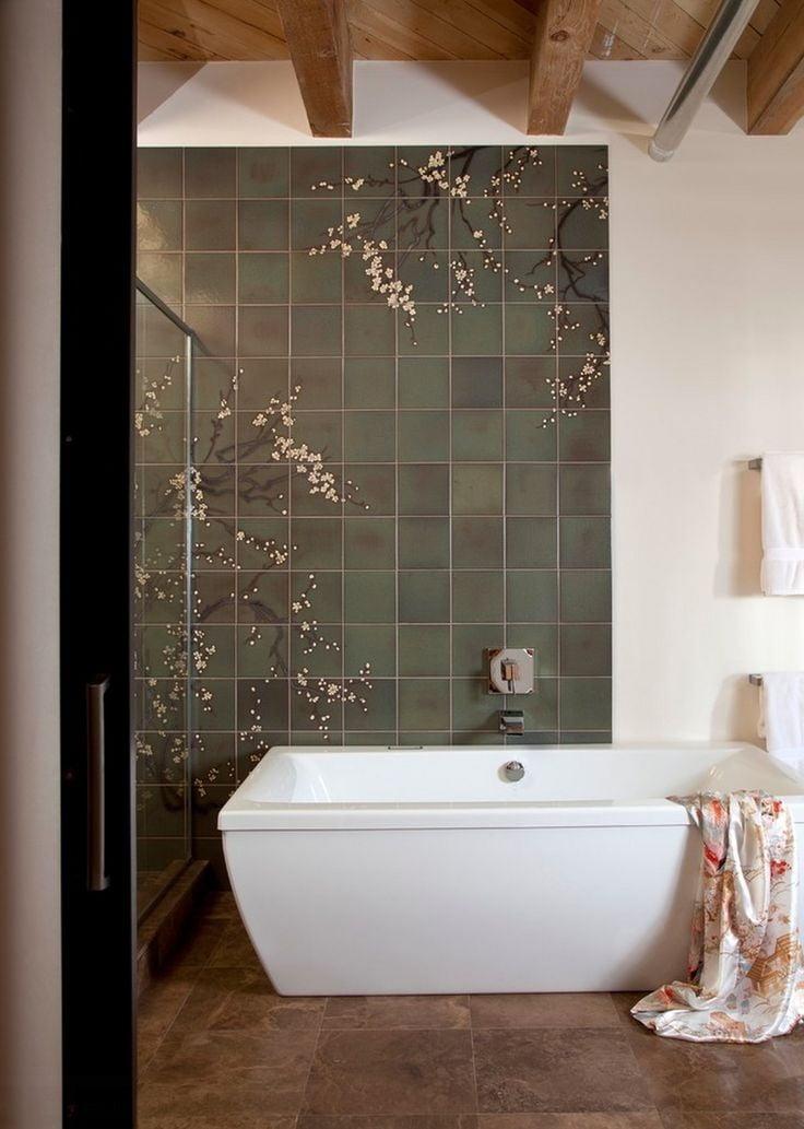 Плитка в ванной с ветвями сакуры на стене, символизирующая любовь и верность, выглядит изящно и благородно