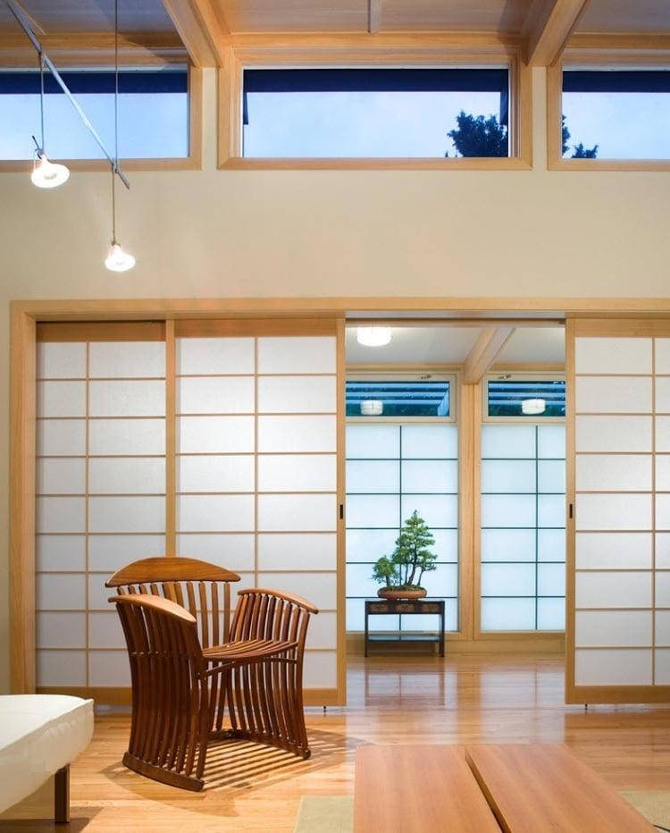 Классический японский дом не подразумевает наличие несущих стен, комнаты зонируются с помощью ширм и раздвижных перегородок
