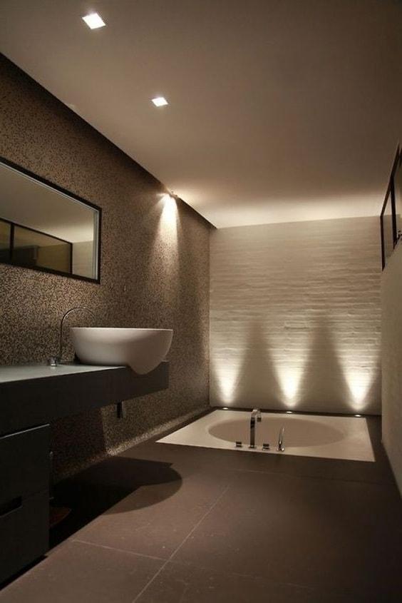 Красивый интерьер ванной комнаты с продуманным освещением