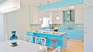 Красивый интерьер кухни в бело-голубой гамме