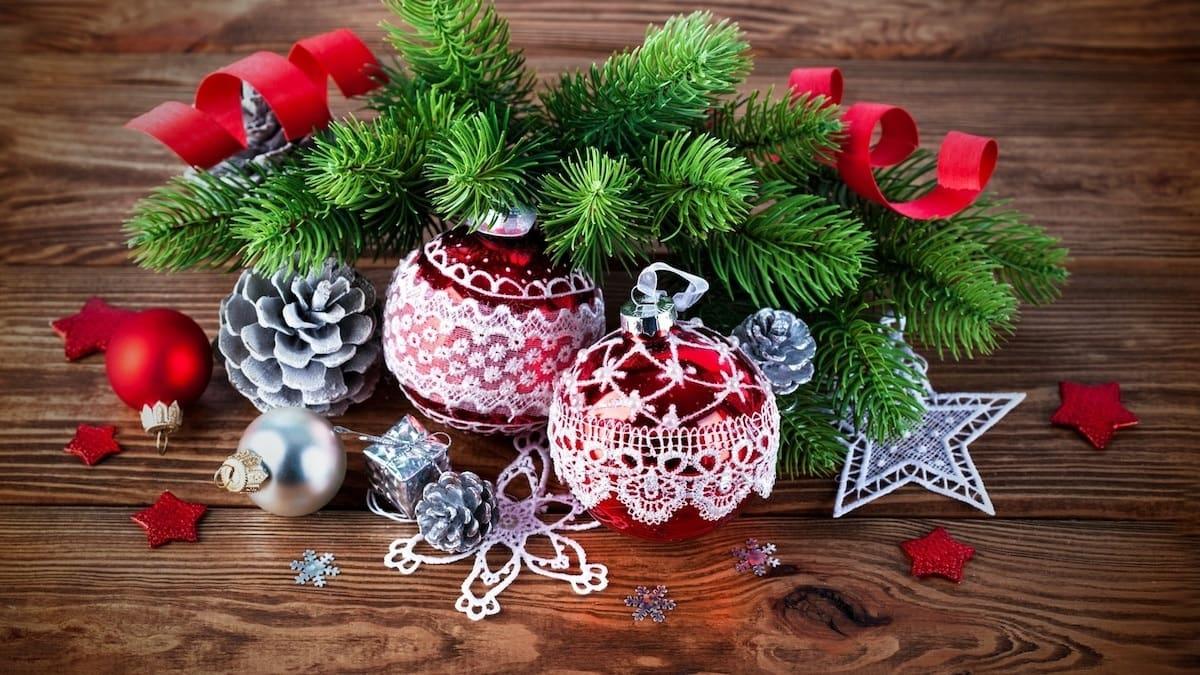 Сосновая ветка украшенная шишками - очень популярный элемент новогоднего декора