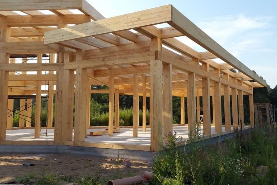 Вертикальная доска, используемая для возведения стен каркасного дома, должна иметь влажность не меньше 10-15%