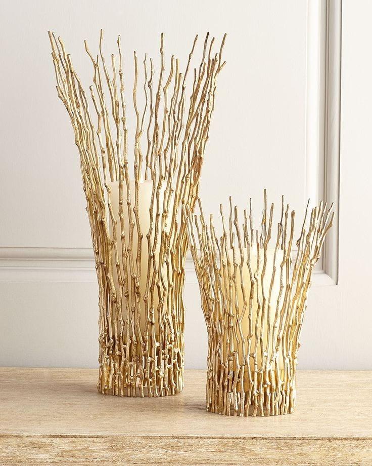 Необычная ваза из тонких веток ивы, выкрашенных в позолоту.