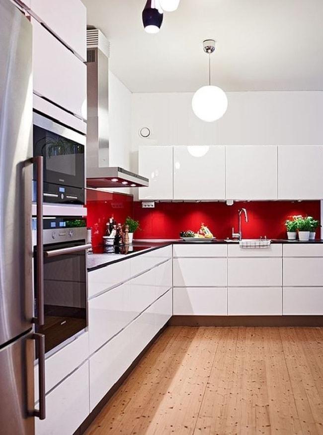 Современным способом украсить интерьер кухни является изготовление стеклянного фартука
