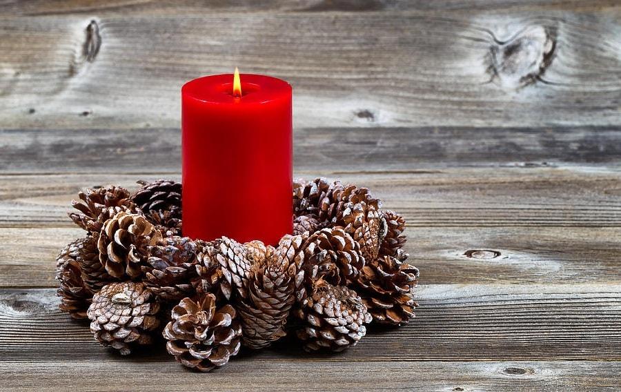 Композиция из шишек и свечи станет прекрасным дополнением к праздничному столу