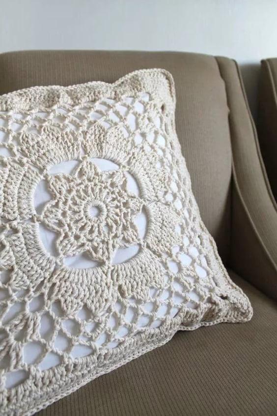 Для тех, кому обычные подушки кажутся слишком скучными, существую специальные кружевные наволочки на подушки. Их можно связать и вручную, однако для этого потребуются определенные навыки