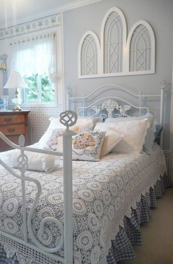 Элегантный голубой и ажурное белое кружево создают королевское обличье интерьера спальни
