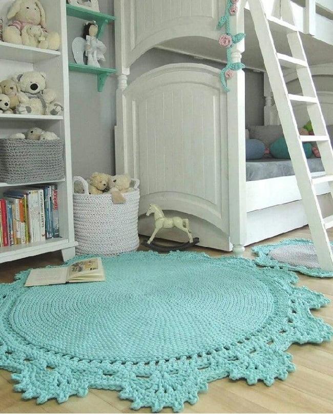 Ковры большого размера визуально уменьшают комнату, поэтому если площадь помещения маленькая, лучше остановиться на небольшом варианте