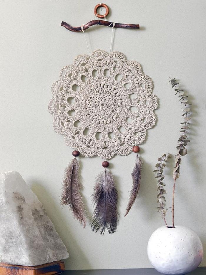 Оригинальный и стильный - ловец снов, изготовленный из кружевной скатерти и перьев
