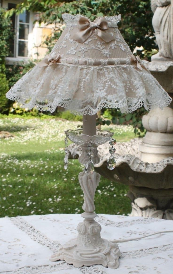 Настоящим украшением для вашего стола станет абажур украшенный тесьмой из кружева
