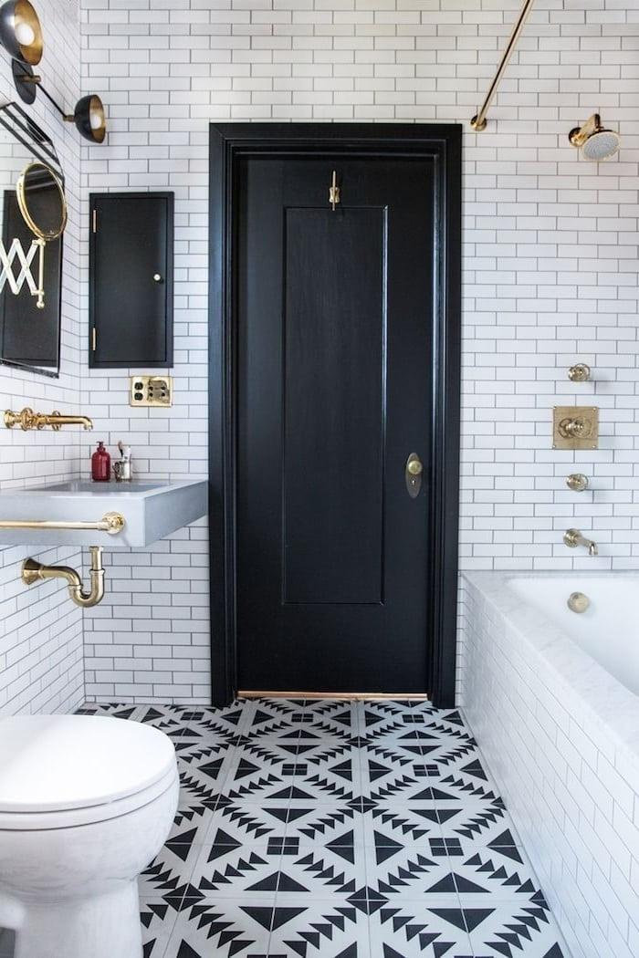 Классическое исполнение ванной в черно-белых тонах