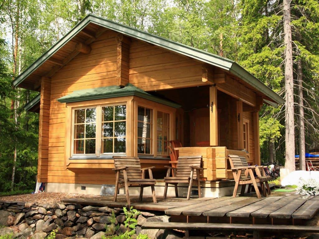 Небольшой деревянный дачный дом является оптимальным решением для сезонного отдыха