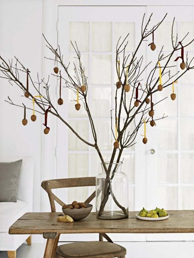 Декор из ветки в оформлении грецких орехов