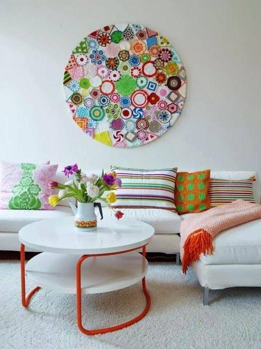 Добавить красок и принести в дом хорошее настроение поможет настенная композиция из ярких кружевных салфеток