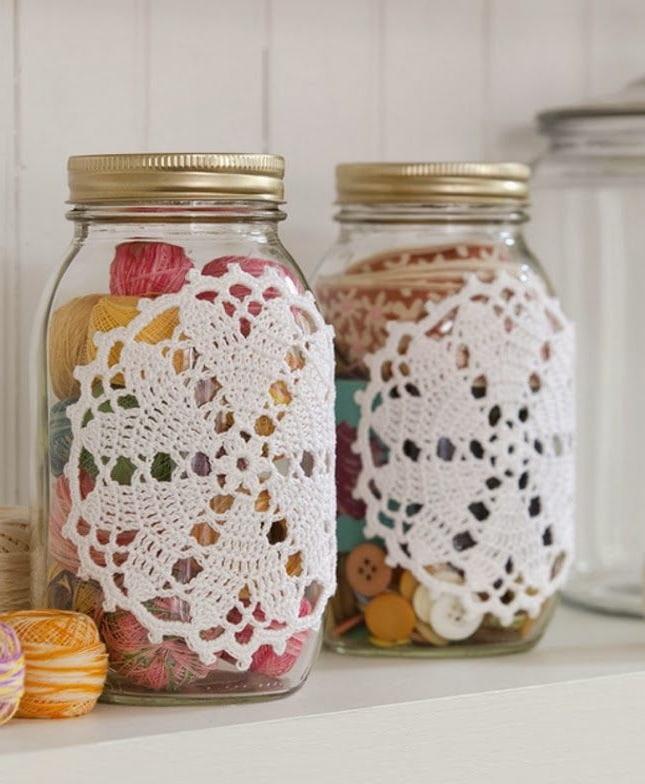 Наиболее простым вариантом изготовления поделки из кружева - приклеить его на стеклянную банку