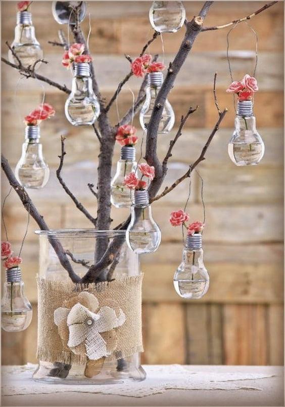 Лампочки на ветке дерева смотрятся необычно и очень эффектно