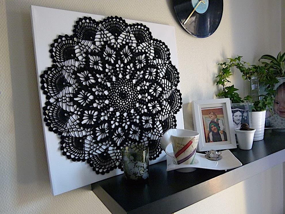 Данная композиция из черного полотна кружева, создает зрелище, которое одновременно зачаровывает и притягивает к себе пристальное внимание