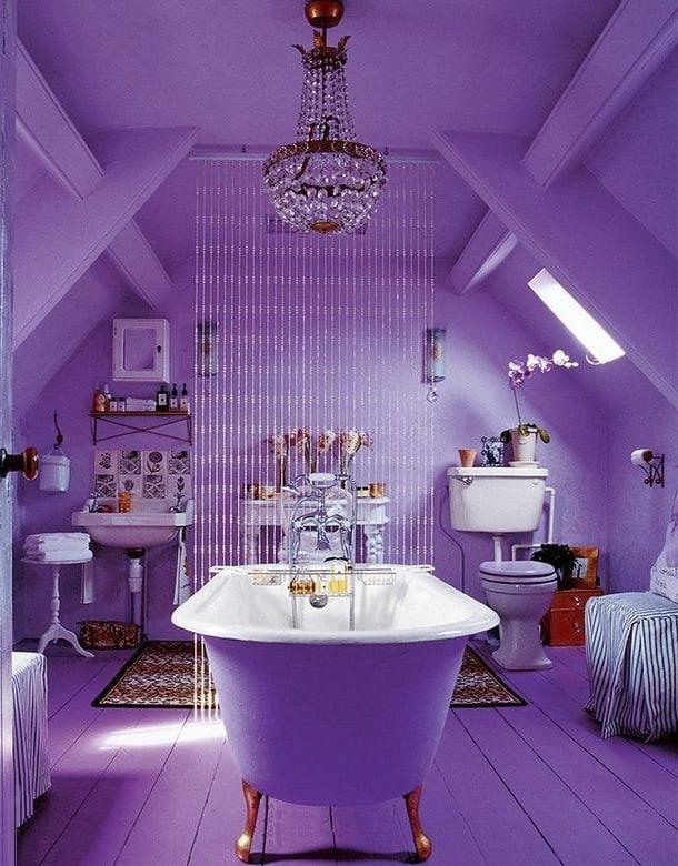 Несмотря на то, что слишком яркий и пафосный дизайн может некоторых отпугнуть, настоящие поклонники фиолетового цвета оценят такой интерьер по достоинству