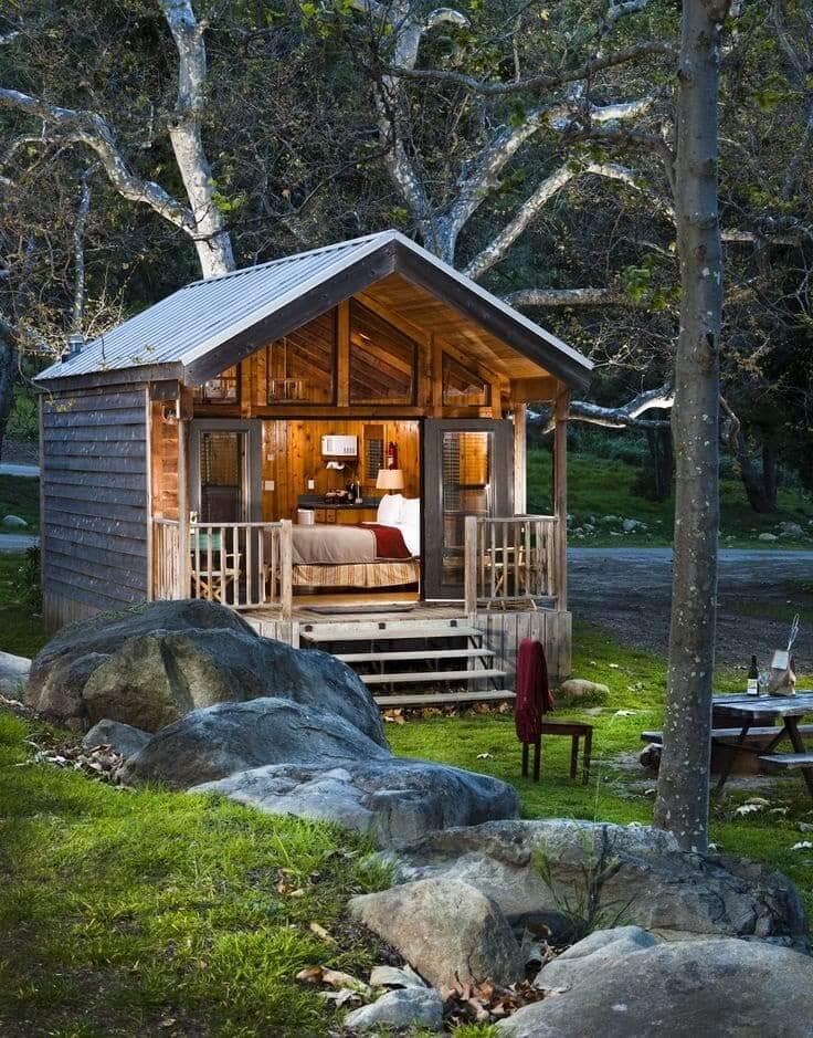 Подобный миниатюрный деревянный домик, можно соорудить всего за несколько дней
